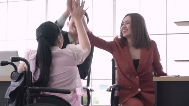 彼女の同僚と祝う幸せな若いビジネスウーマン - 有頂天点の映像素材/bロール