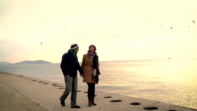 Gelukkige jonge paar op 30s wandelen buiten in een winterdag III