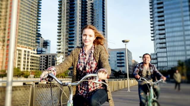 Heureux jeune couple cyclisme à New York