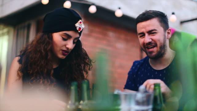 vídeos de stock, filmes e b-roll de casal jovem feliz namorando em uma festa no telhado - telhado