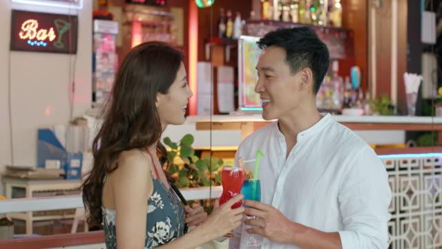vídeos y material grabado en eventos de stock de happy young couple drinking cocktail,4k - cóctel tropical