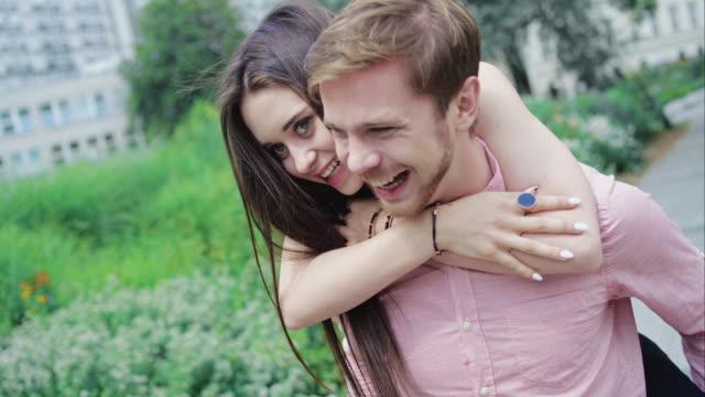 Glückliches junges Paar viel Spaß