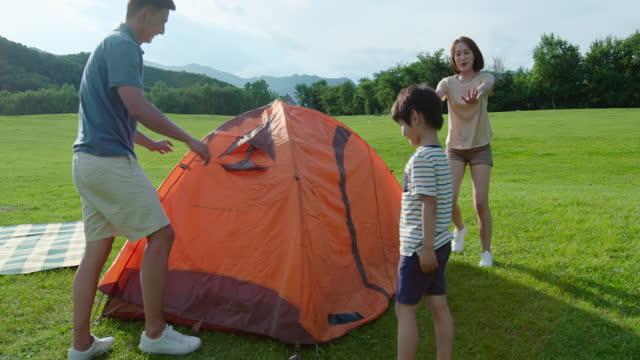 vídeos y material grabado en eventos de stock de happy young family camping outdoors,4k - cesta de picnic