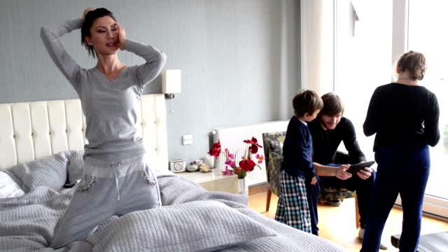 happy türkischen familie - real wife sharing stock-videos und b-roll-filmmaterial