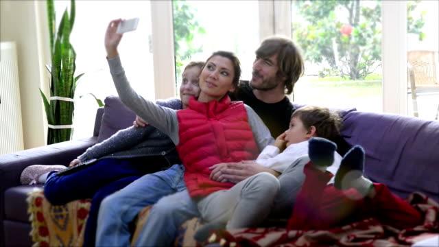 zeit zu schülern - real wife sharing stock-videos und b-roll-filmmaterial
