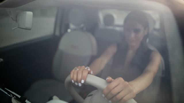 vídeos de stock e filmes b-roll de happy young female enjoying in car - estacionar