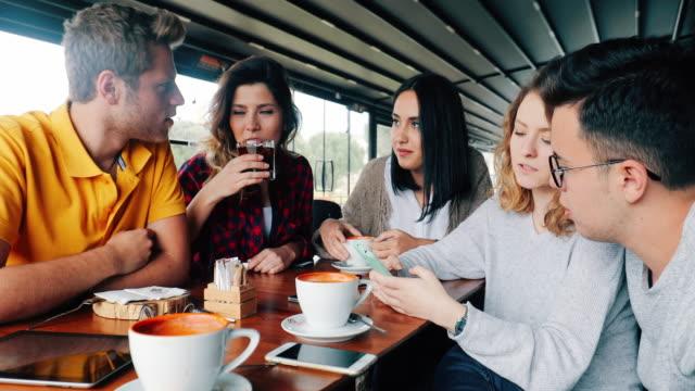 glada unga vänner i kafé - kaffe dryck bildbanksvideor och videomaterial från bakom kulisserna