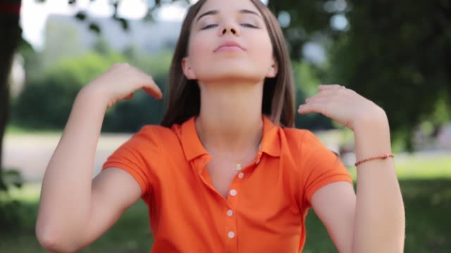 happy young girl in the park - portrait - hd video - video ritratto video stock e b–roll