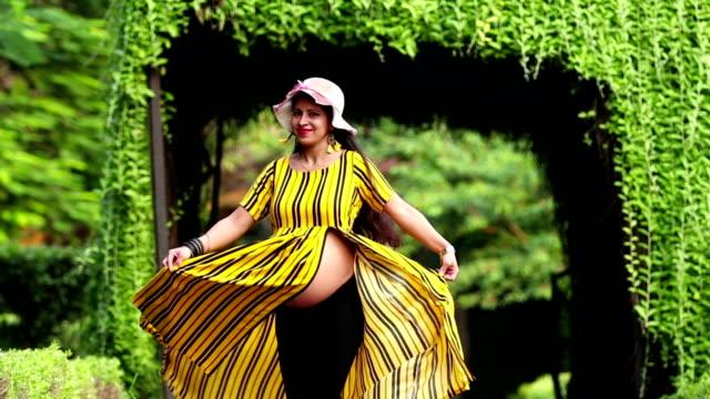 vidéos et rushes de jeunes femmes enceintes indiennes heureuses - ventre humain