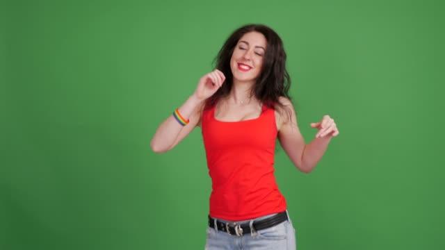 幸せな若いレズビアンは、緑の背景に踊っています。 - カットアウト点の映像素材/bロール