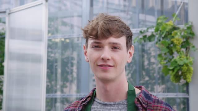 glücklicher junger männlicher gärtner - jugendkultur stock-videos und b-roll-filmmaterial
