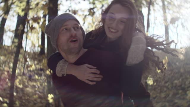 快樂的年輕男人,捎帶他的女朋友 - 高清電視 影像的技術 個影片檔及 b 捲影像