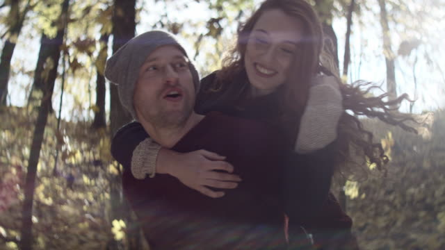 Feliz jovem piggybacking sua namorada