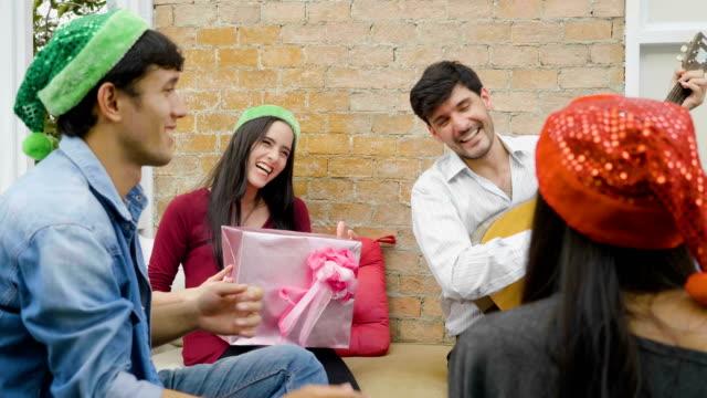 vidéos et rushes de heureux jeunes gens chanter à parti de toit - party social event