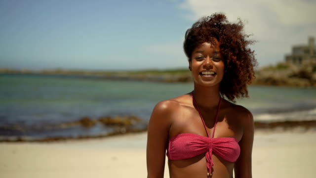 vidéos et rushes de happy young woman at windy beach - la vingtaine