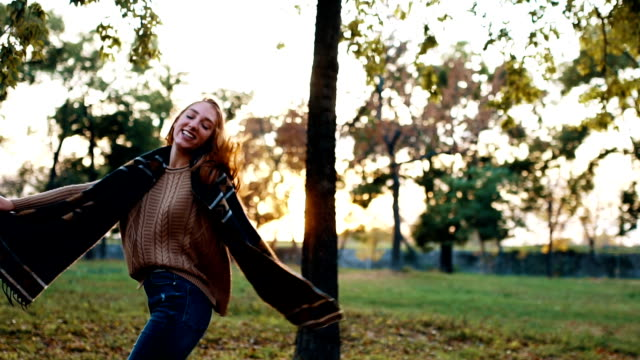 vídeos y material grabado en eventos de stock de mujer joven feliz disfrutar de otoño - otoño