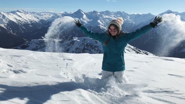 glückliche junge frau, die wintersaison in den bergen genießen - sonnenbrille stock-videos und b-roll-filmmaterial