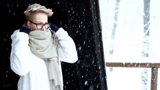 幸せな若い女性の雪の中でお楽しみください。 - 凍った点の映像素材/bロール