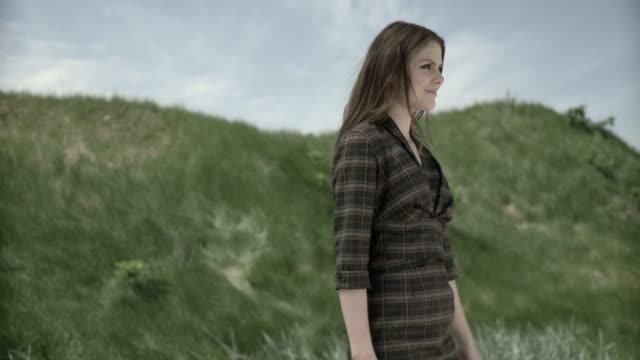 stockvideo's en b-roll-footage met happy young woman in a field - werkneemster