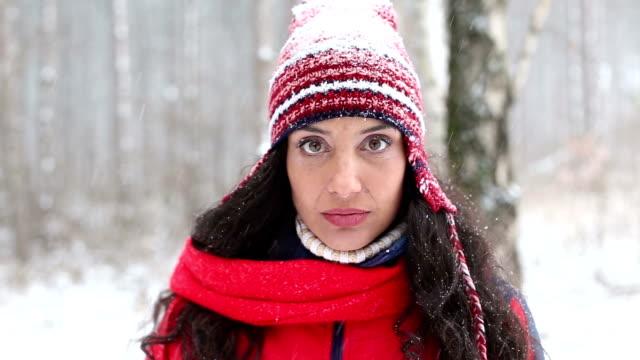 stockvideo's en b-roll-footage met gelukkig jonge vrouw in sneeuw bos - warme kleding