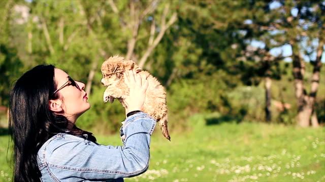 Glückliche junge Frau spielen mit Ihrem Hund