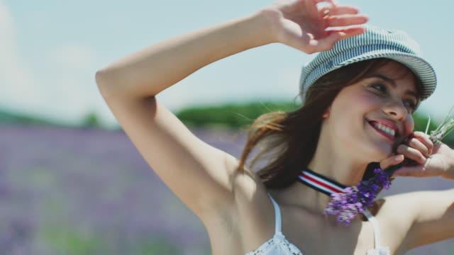 vidéos et rushes de jeune femme heureuse enlevant le capuchon et jetant le cheveu - personnes belles