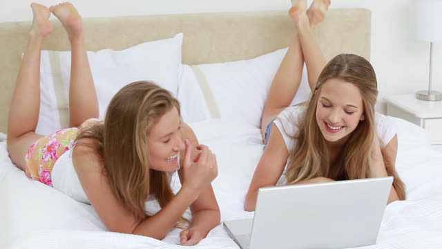 vídeos de stock e filmes b-roll de happy young woman showing their surprise in front of a laptop - em frente de