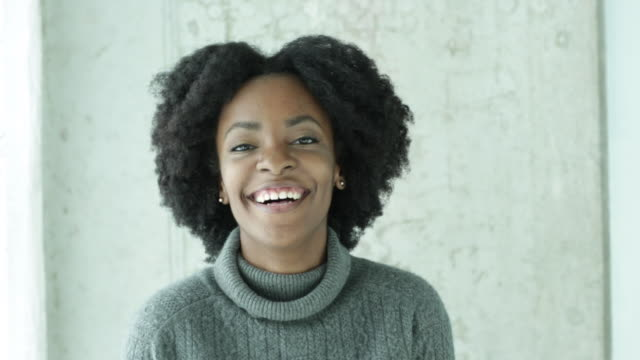 vídeos y material grabado en eventos de stock de cu happy young woman smiling and laughing to camera. - african ethnicity