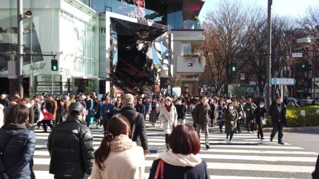 vidéos et rushes de harajuku traversant à tokyo, au japon. - carrefour