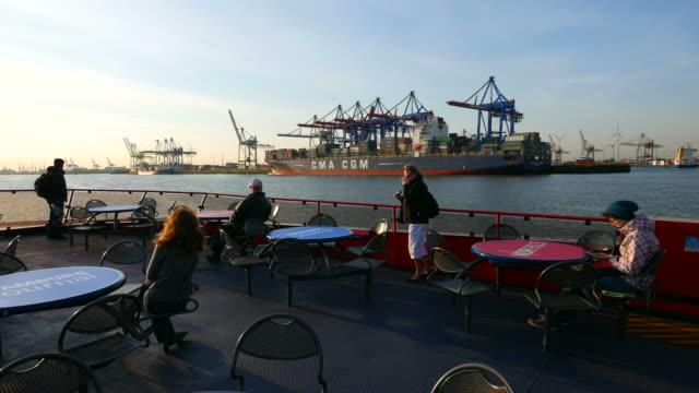 vídeos de stock, filmes e b-roll de harbor ferry on elbe river, harbor of hamburg, hamburg, germany - rio elbe