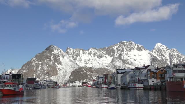 vídeos de stock e filmes b-roll de harbor in lofoten - aldeia de pescador