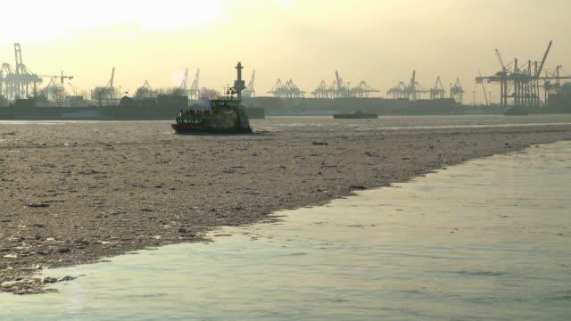 hafen von hamburg mit blick vom schiff - ferry stock-videos und b-roll-filmmaterial