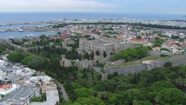 ws zi aerial harbor of rhodes with city, buildings and castle / rhodes, dodecanese, greece - insel rhodos inselgruppe dodekanes stock-videos und b-roll-filmmaterial