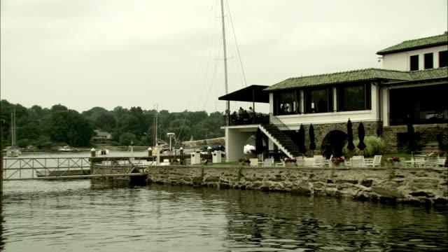 vidéos et rushes de a harbor restaurant offers diners scenic views. available in hd. - connecticut