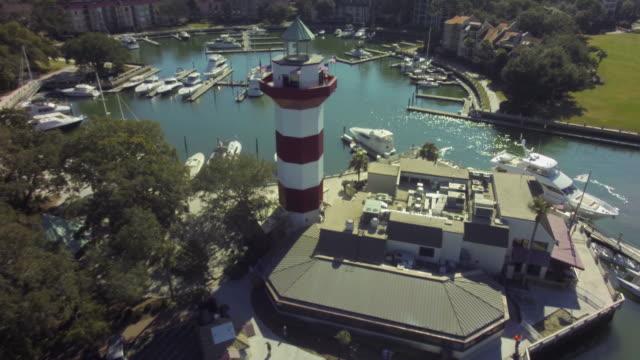 vídeos y material grabado en eventos de stock de harbor town hilton head aerial of lighthouse - carolina del sur