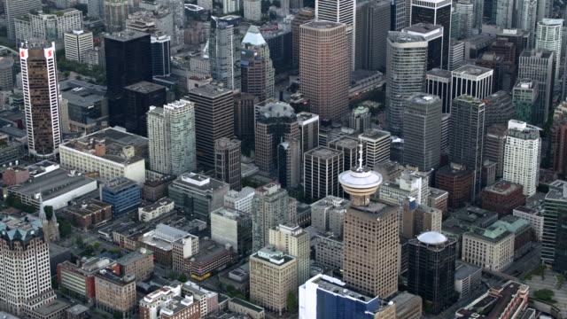 vídeos y material grabado en eventos de stock de aerial harbour centre skyscraper in downtown vancouver at dusk - perspectiva desde un helicóptero