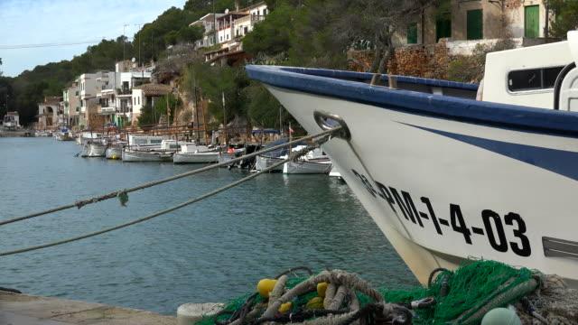 vídeos de stock e filmes b-roll de harbour of cala figuera, majorca - aldeia de pescador