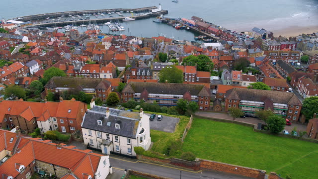 vídeos de stock, filmes e b-roll de harbour & red roofed houses, scarborough, north yorkshire, england - scarborough norte de yorkshire