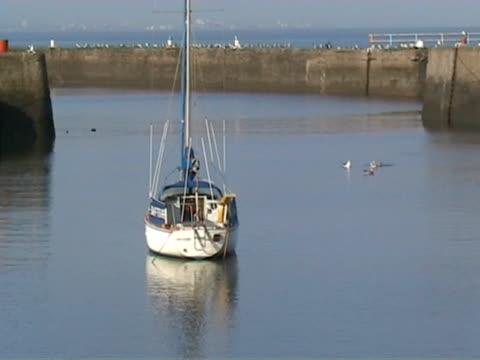 vídeos de stock e filmes b-roll de harbour cenas 10 barco à vela - ancorado
