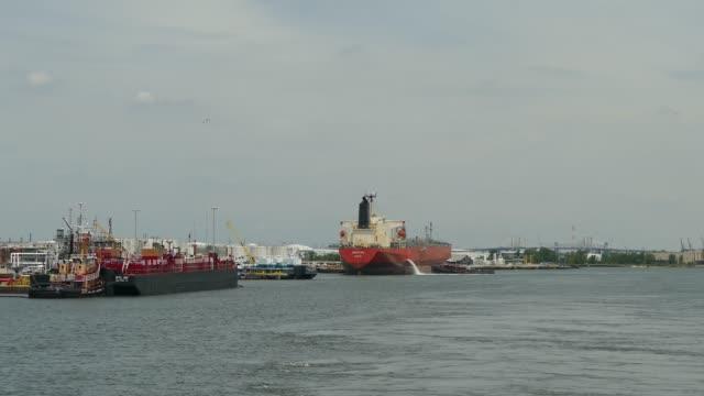 vídeos y material grabado en eventos de stock de puerto - barcaza embarcación industrial