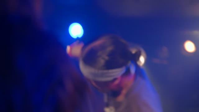 vídeos de stock e filmes b-roll de hard core band performing on stage. - música punk