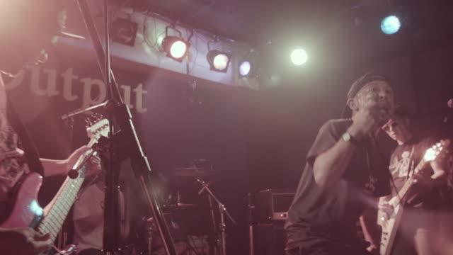 vídeos de stock e filmes b-roll de hard core rock band on stage. - música punk