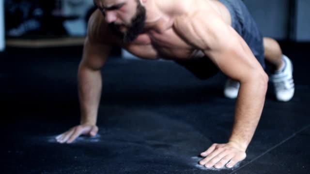 stockvideo's en b-roll-footage met harde push-ups - oefeningen met lichaamsgewicht