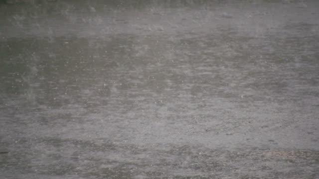 vídeos de stock, filmes e b-roll de difícil chuva sobre pavimento - chuva congelada