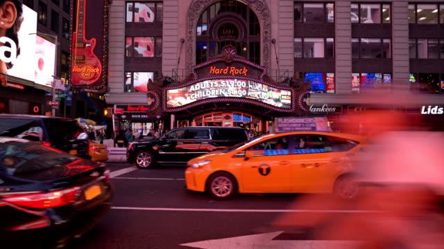 vídeos de stock, filmes e b-roll de hard rock cafe and american flag reflection in car window - ocidentalização