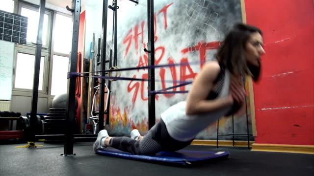 vídeos de stock e filmes b-roll de hard training in gym - flexibilidade