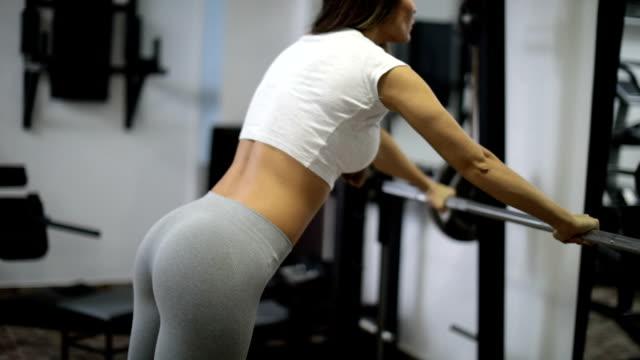 vídeos y material grabado en eventos de stock de entrenamiento duro en el gimnasio - entrenamiento sin material