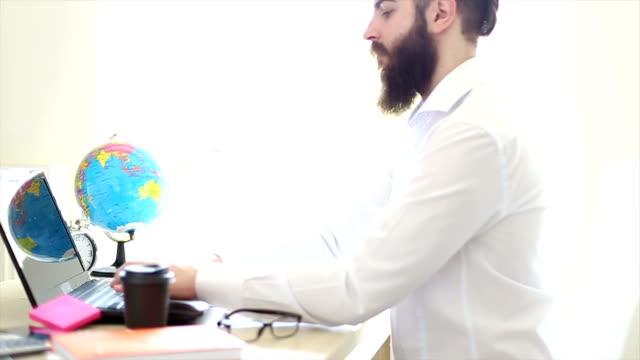 vídeos de stock, filmes e b-roll de trabalho para um empresário sentado em sua mesa - coleira de pescoço de cachorro