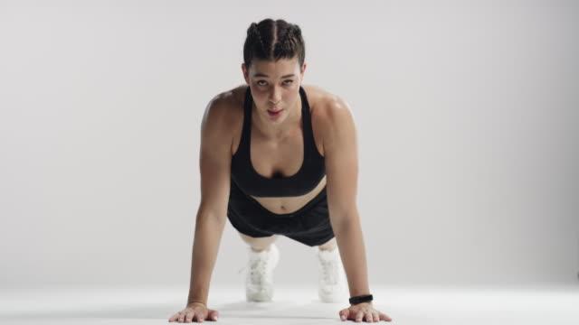 ハードワークはあなたを素晴らしいものにするものです - 女性選手点の映像素材/bロール