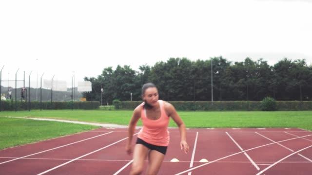 vídeos y material grabado en eventos de stock de trabajando duro atleta femenina - corredora de footing